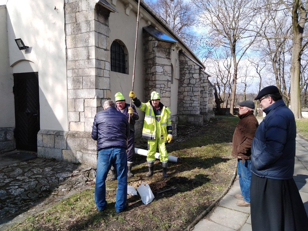 geolodzy podczas badań otoczenia kościoła wChrobrzu